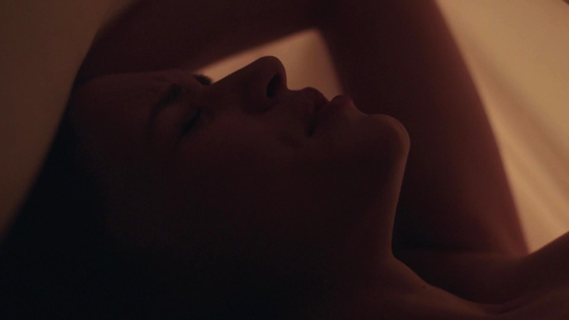 Alexis Knapp sexy - The Dorm (2014)