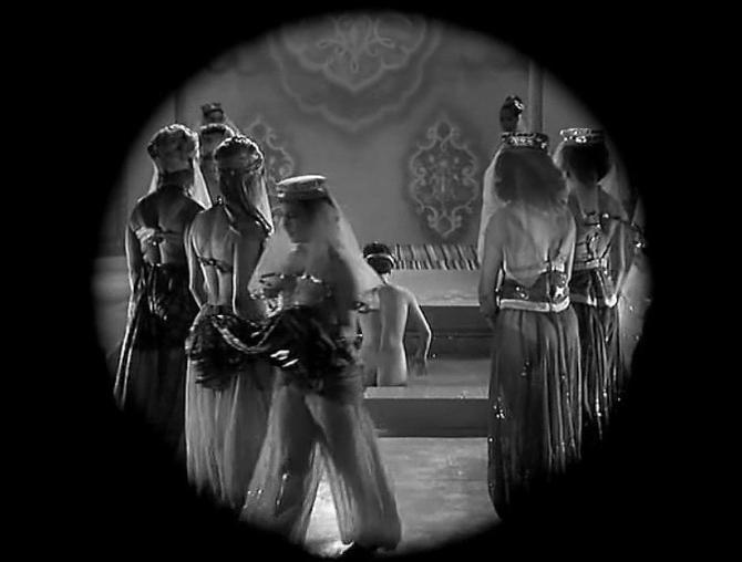 Gina Lollobrigida nude - Les belles de nuit (1952)