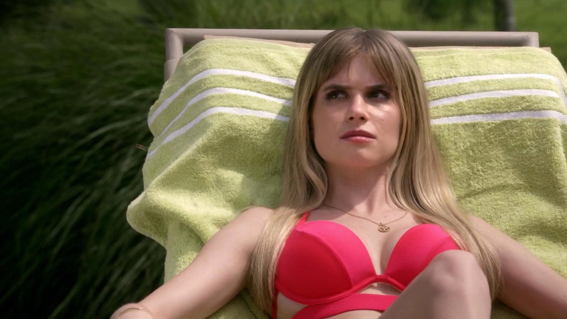 Carlson Young sexy - Scream s01e04 (2015)
