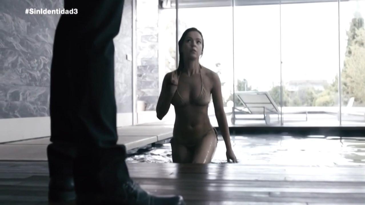 Sara Casasnovas nude, Veronica Sanchez sexy - Sin Identidad s02e03 (2015)