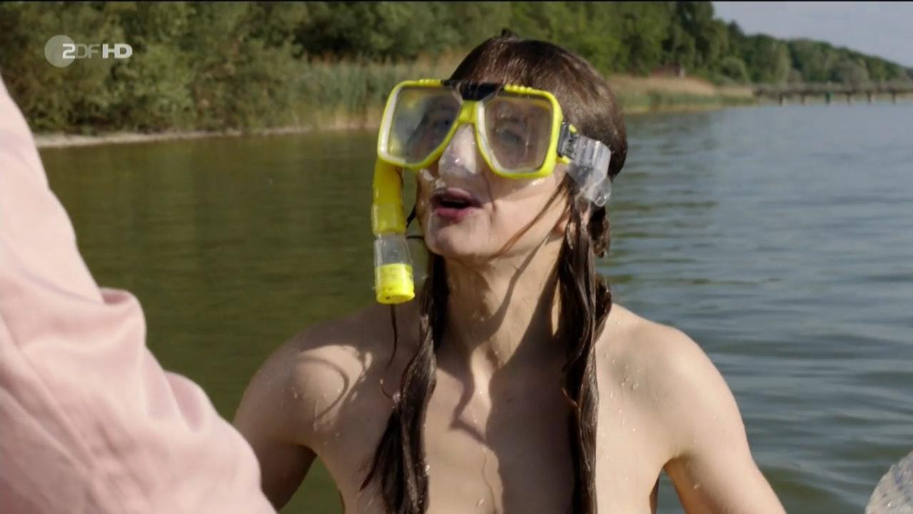 Anna Maria Sturm nude - Familie Sonntag auf Abwegen (2013)
