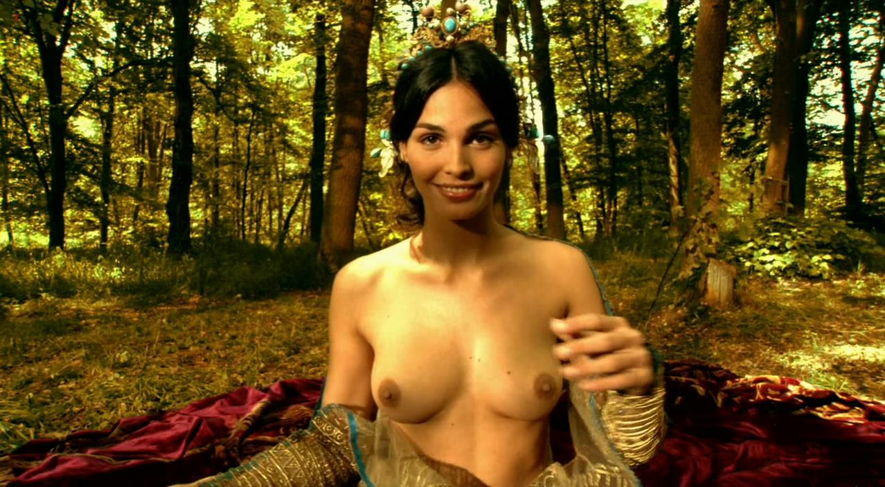 Ines Sastre nude - Vidocq (2001)