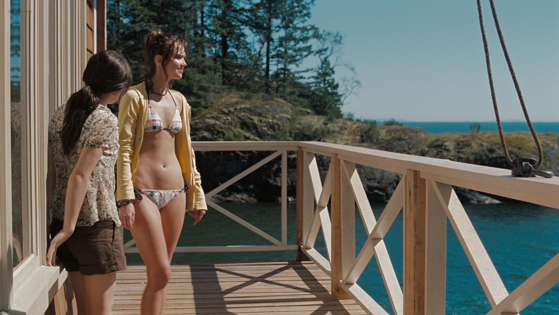 Arielle Kebbel sexy, Emily Browning sexy, Elizabeth Banks sexy - The Uninvited (2009)
