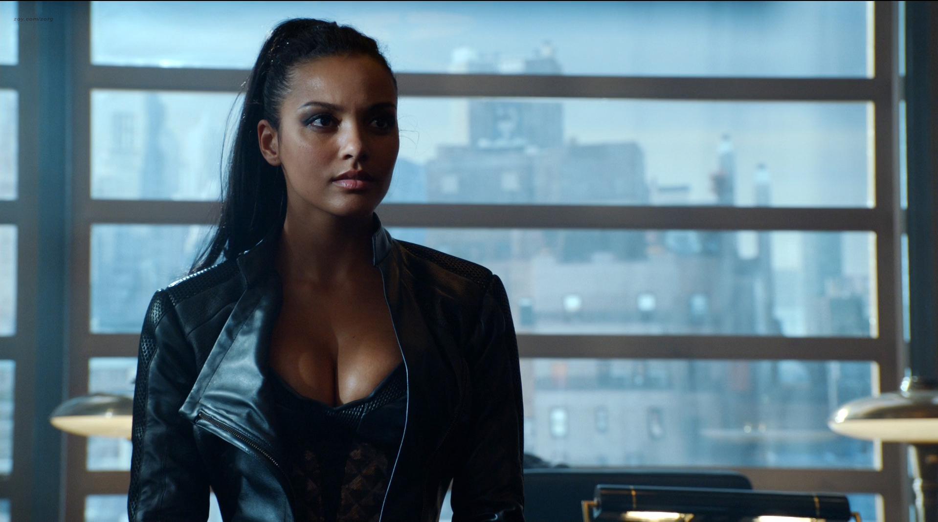 Morena Baccarin sexy, Jessica Lucas sexy - Gotham s02e01 (2015)