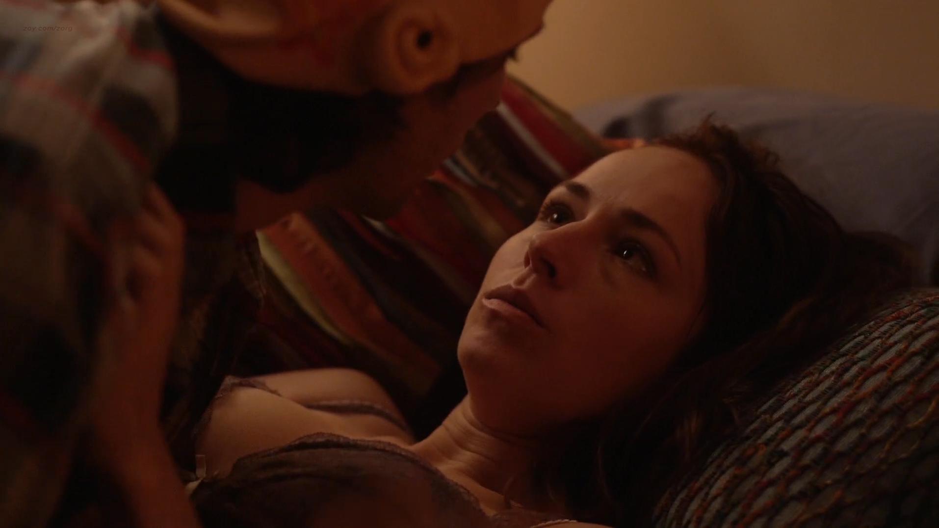 Sarah Goldberg sexy - Hindsight s01e04 (2015)
