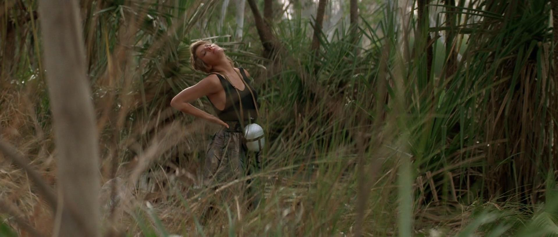 ... Linda Kozlowski sexy - Crocodile Dundee (1986)