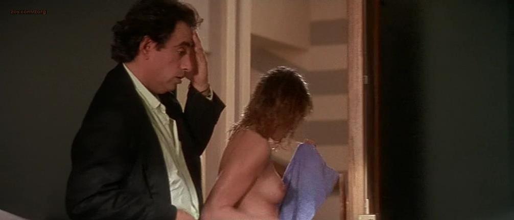 Emmanuelle Beart nude - A gauche en sortant de l'ascenseur (1988)