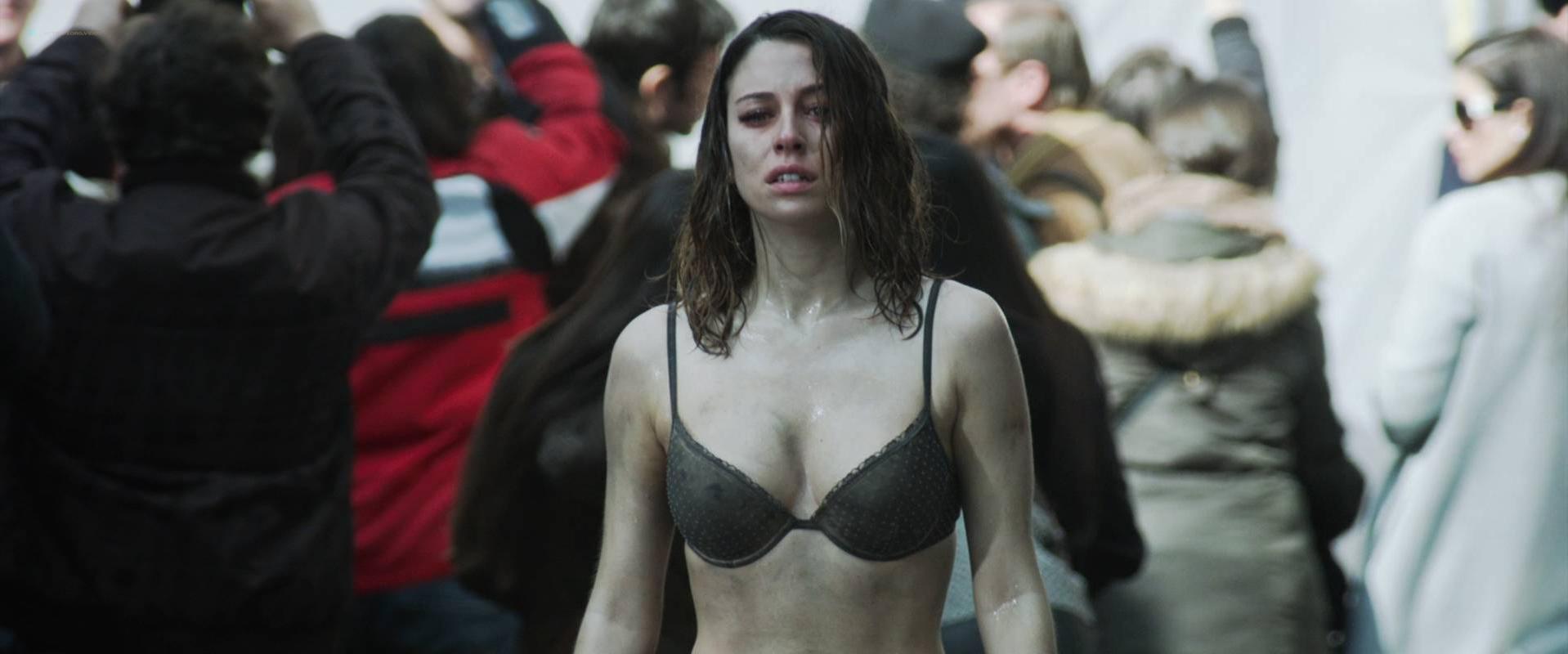 Blanca Suarez sexy - El Bar (2017)