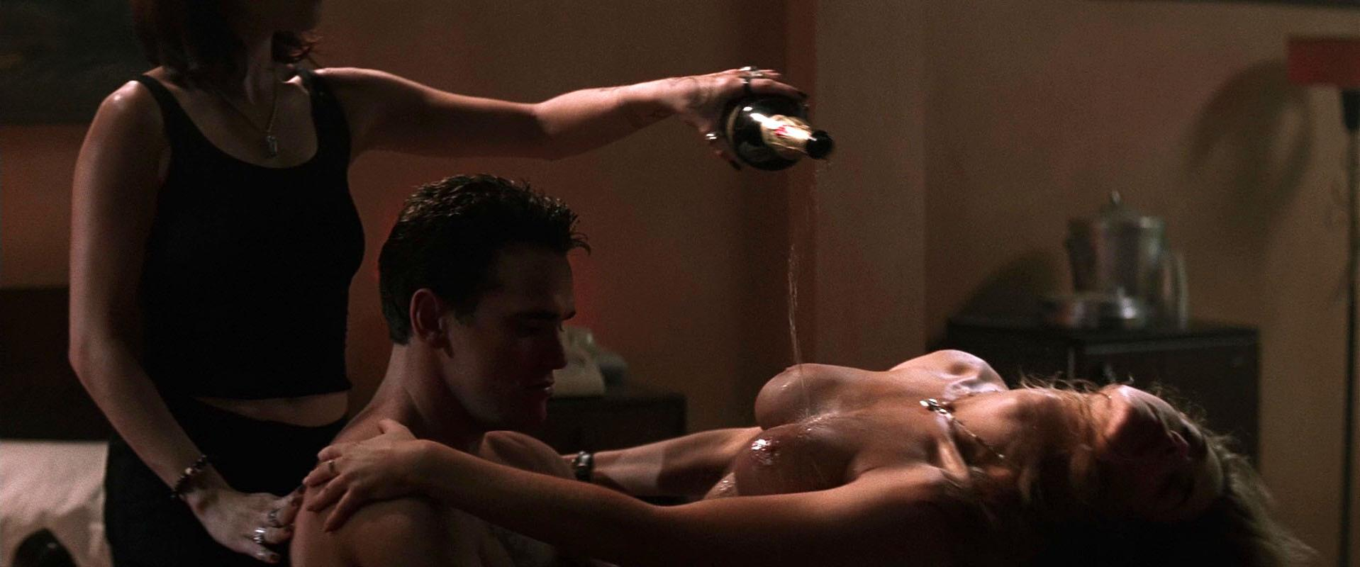 Denise Richards nude, Neve Campbell sexy - Wild Things (1998)